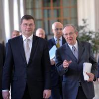 """Dombrovskis da Padoan: """"Da Italia impegno concreto sulla manovra"""""""