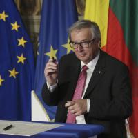 Trattati di Roma, Juncker usa la penna originale e si sporca con l'inchiostro