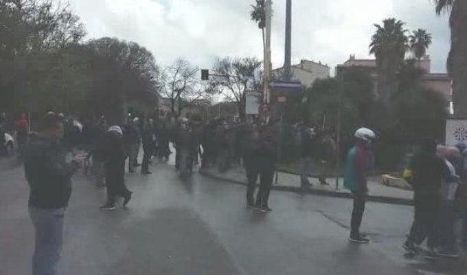 Duri scontri tra tifosi di Cagliari e Torres: guerriglia urbana a Sassari