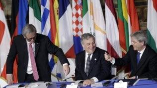 Juncker firma con penna del '57 e porta via quella del 2017 foto