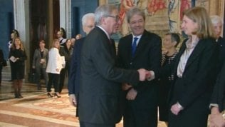 Juncker sorprende Gentiloni:niente stretta di mano