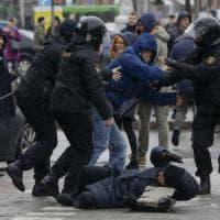 Bielorussia, l'opposizione a Lukashenko sfida il divieto. Botte e arresti