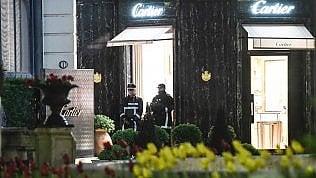 Colpo grosso da Cartier: i banditi fuggono e incendiano l'auto foto
