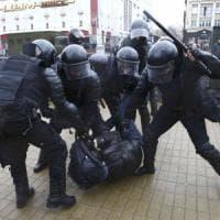 """Svetlana Aleksievic: """"La mia Bielorussia in rivolta per il pane, la sfida dei vecchietti..."""