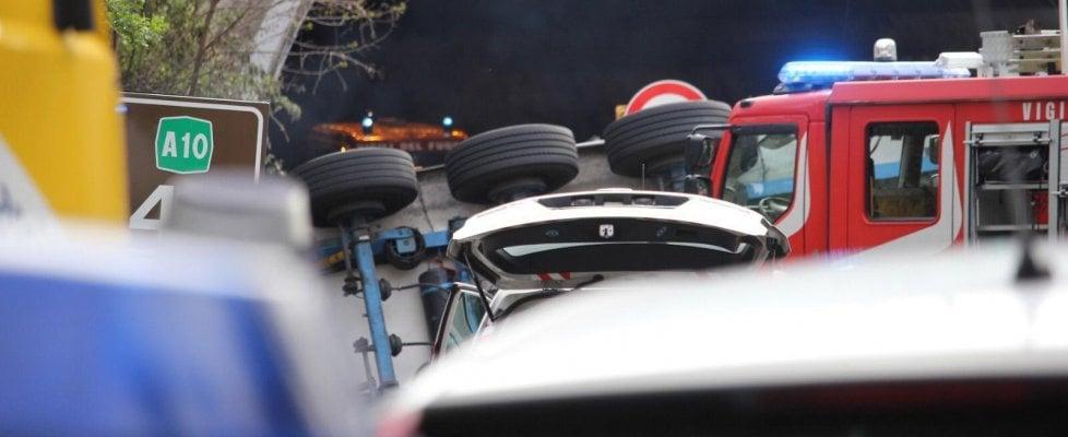 Savona, tir si ribalta in autostrada. Travolti operai di un cantiere: due morti, uno gravissimo. Arrestato il conducente