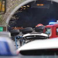 Savona, tir si ribalta in autostrada. Travolti gli operai di un cantiere: due morti e sei...