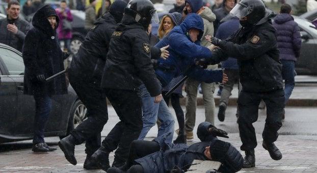 """""""La mia Bielorussia chiede il pane protesta anziani repressa dal regime"""""""
