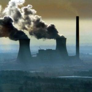 Crolla il consumo di carbone: in un anno dimezzati i nuovi impianti