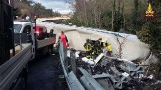 Tir piomba su cantiere in autostrada: morti due operai, gravissimo un altro foto videoArrestato l'autista