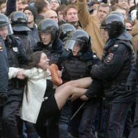 """Navalny: """"Vi racconto la folla inferocita intorno a quel blindato"""""""