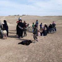 Siria, civili in fuga da Raqqa: l'Isis ordina evacuazione per pericolo del crollo della diga di Tabqa