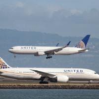 Usa, United Airlines vieta volo a due ragazze perché indossavano leggings