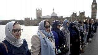 Catena umana a Westminster:la solidarietà delle musulmane