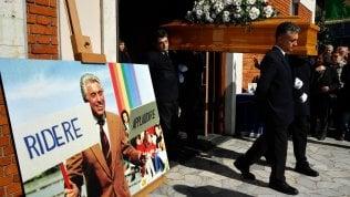 """Folla ai funerali di Tortorella foto.La moglie: """"Era il mio mago Zurlì""""Video Canta il coro dell'Antoniano"""
