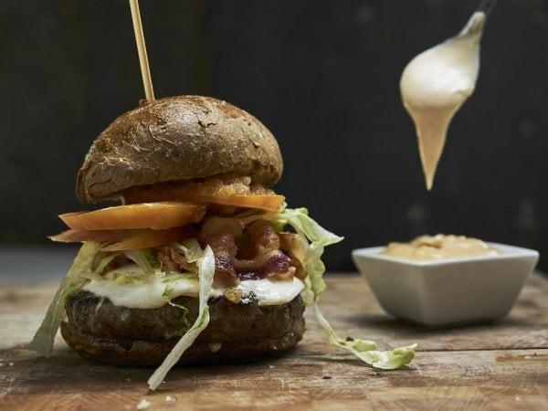 L'hamburger ha conquistato gli italiani: boom di ordini a casa