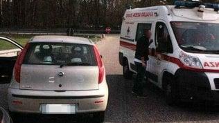 Gli ultras della legalità bloccano l'ambulanzache va contromano: