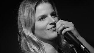 """Chiara, da Sanremo a Gino Paoli:canta """"Il cielo in una stanza"""""""