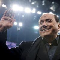 """Berlusconi vola al Ppe e strappa un summit alla """"nemica"""" Merkel"""