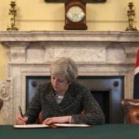 """Brexit, consegnata alla Ue la lettera firmata da Theresa May. Tusk: """"Non è un giorno..."""
