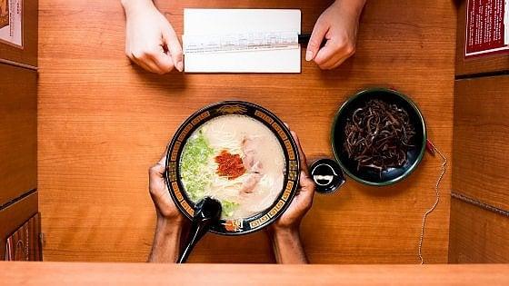 """Come a teatro o in """"cella"""" di isolamento: quando mangiare al ristorante è un'esperienza insolita"""