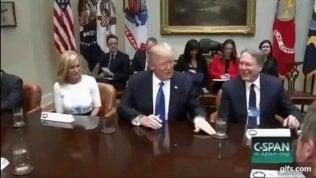 La piccola ossessione di Trump:spostare gli oggetti sul tavolo