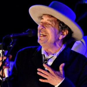 """Bob Dylan ha ritirato il Nobel. Cerimonia blindata, """"ma sembrava contento"""""""
