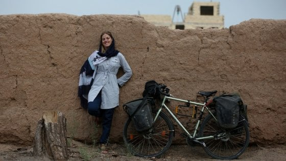 """Londra-Teheran In bici contro i pregiudizi. Il diario di Rebecca: """"L'Islam non è fanatismo"""""""