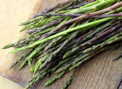 Primavera in tavola: le mille qualità (e i mille usi) degli asparagi selvatici