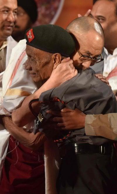 Dalai Lama, l'abbraccio con l'uomo che lo accolse in India 60 anni fa