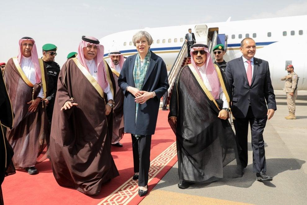La sfida di Theresa May: in Arabia Saudita senza velo