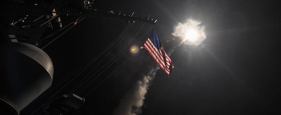 """Siria, 59 missili Usa contro base aerea dei raid chimici. Casa Bianca: """"Un segnale al resto del mondo"""". Ira di Putin"""
