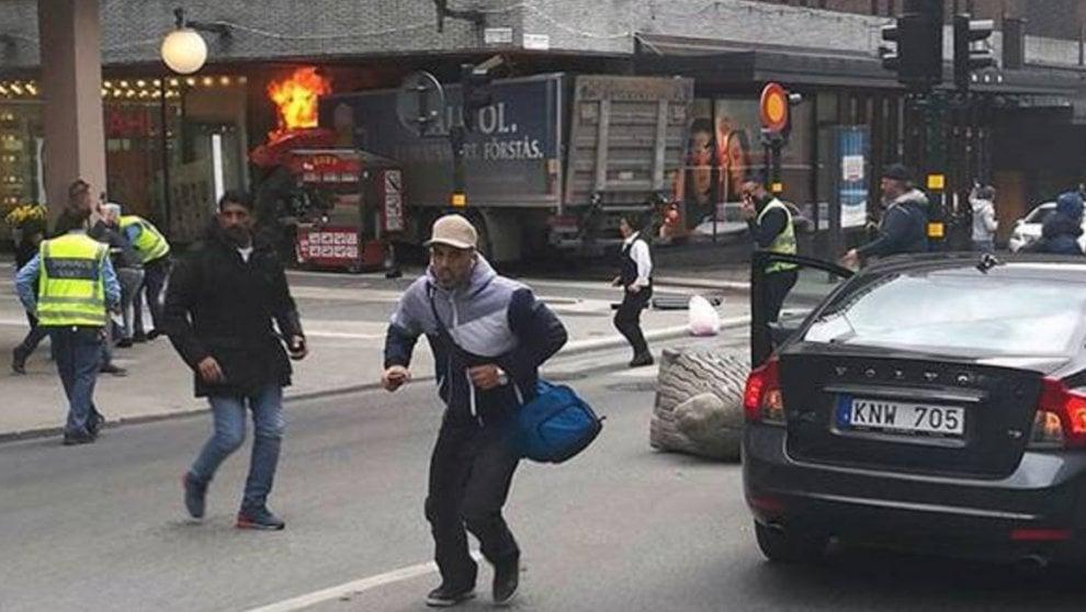 Svezia, camion contro passanti a Stoccolma: le prime immagini