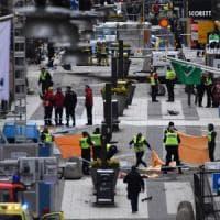 Stoccolma, camion sulla folla. Un arrestato: giallo sulle sue dichiarazioni. Fermato un secondo uomo. Polizia: 4 vittime, 15 feriti