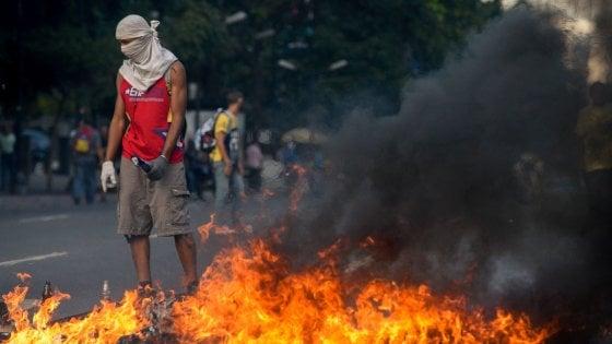 Venezuela, ancora scontri in piazza per protestare contro il presidente Maduro: a Caracas 17 feriti