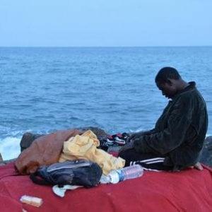 Migranti, li aiutiamo a casa nostra: il 34% delle risorse italiane usato per l'accoglienza