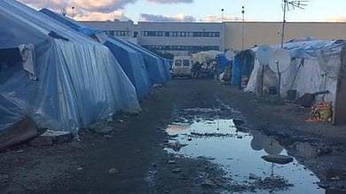 """Lavoratori immigrati, l'indecenza continua  in Calabria, tra """"caporali""""  e baraccopoli fatiscenti nel fango"""