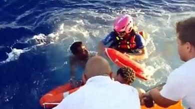 """Migranti, le Ong ne salvano quasi diecimila  """"Ma continuano le critiche e le pressioni"""""""