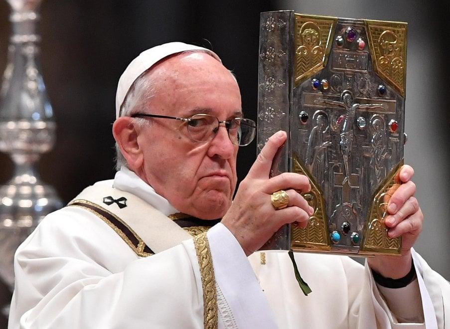 """Roma, papa Francesco lava i piedi dei detenuti: """"Un atto d'amore"""""""