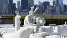 Il banchetto surreale e metafisico di Villar Rojas sul tetto del Met