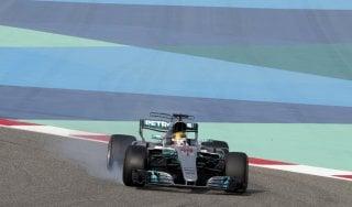 F1, Gp Bahrain: la prima fila è delle Mercedes, dietro le Ferrari. Bottas in pole