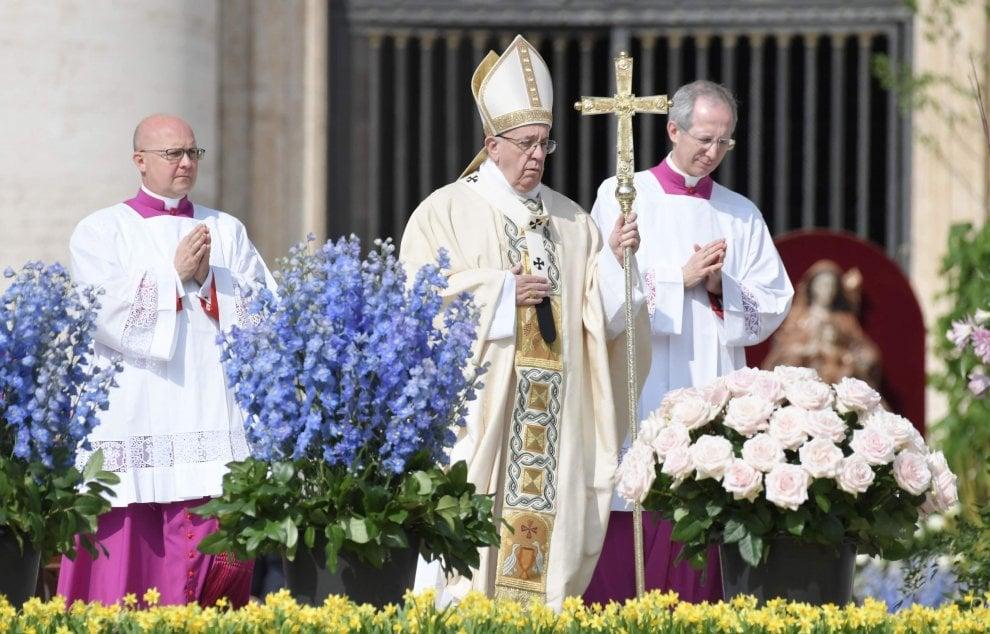 Pasqua, messa solenne di Papa Francesco a San Pietro tra gioia e misure di sicurezza