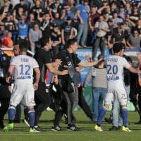 Follia a Bastia: calciatori del Lione aggrediti in campo dai tifosi