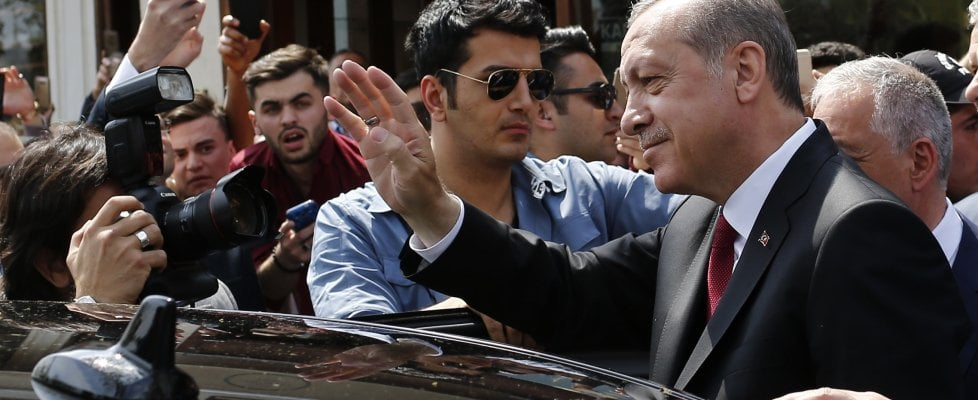 """Turchia, è scontro sulla validità del referendum. Ma l'Osce boccia la consultazione: """"Schede non timbrate andavano escluse"""""""