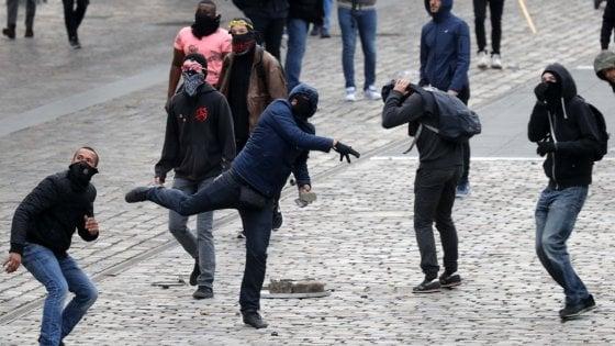 """Parigi, tre blitz al comizio del Fn, aggredito deputato. Le Pen: """"Con me il Bataclan non ci sarebbe stato"""""""