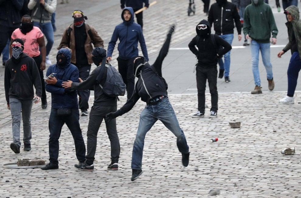 Parigi, contestazione durante comizio Fn: aggredito deputato, attivista interrompe discorso Le Pen