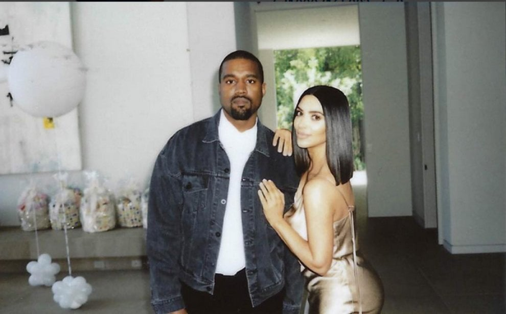 Kanye West è un coniglio, il party pasquale è con la moglie Kim e le bimbe