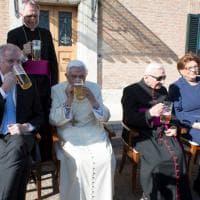 Ratzinger compie 90 anni: il papa emerito si concede una birra