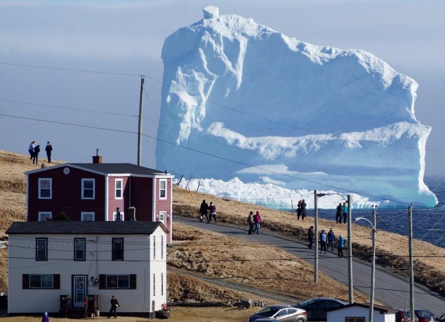 Canada, l'iceberg in mezzo alle case rianima il villaggio