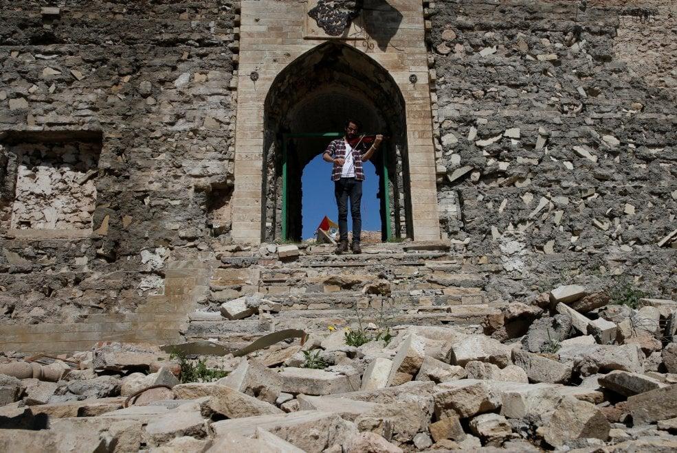 Mosul, suona il violino tra le rovine della moschea: il musicista che sfida l'Isis