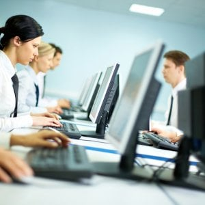 Stereotipi e discriminazioni in ufficio, anche la voce può ostacolare la carriera